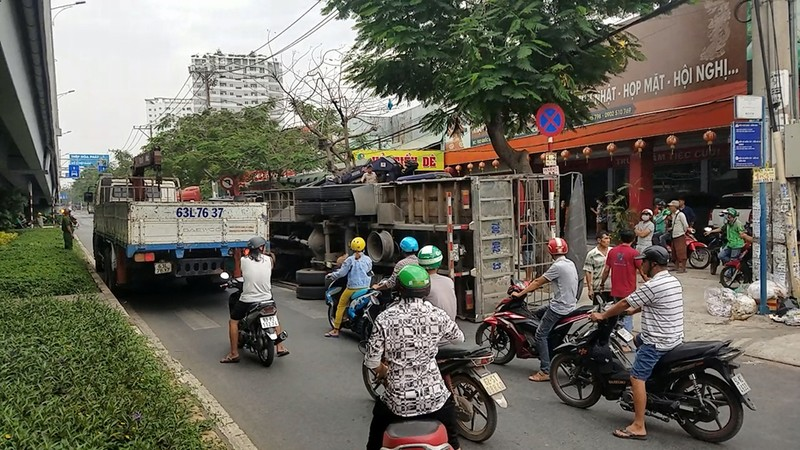 Xe chở máy dập sắt lật trước nhà hàng tiệc cưới ở Bình Tân - ảnh 1