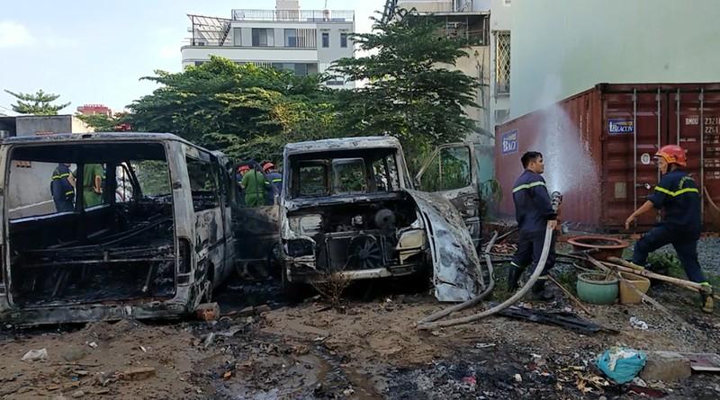 Bình Tân: 2 ô tô cháy bùng trong khu đất trống - ảnh 2