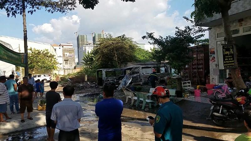 Bình Tân: 2 ô tô cháy bùng trong khu đất trống - ảnh 1