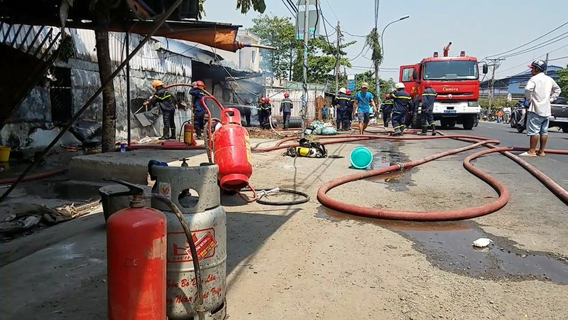 Cháy xưởng gỗ dữ dội ở Bình Chánh, 1 người bị thương - ảnh 2