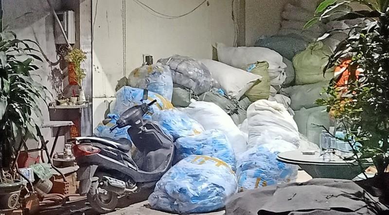 Người thu gom gần 800 kg khẩu trang ở Bình Chánh khai gì? - ảnh 1