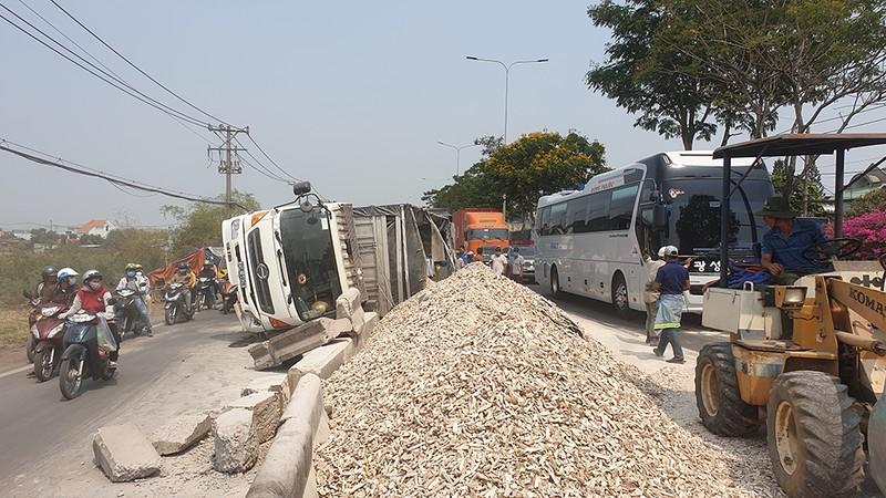 Ô tô tải chở sắn lật vào làn xe máy ở Hóc Môn - ảnh 1