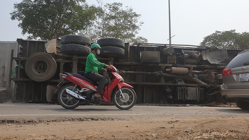 Ô tô tải chở sắn lật vào làn xe máy ở Hóc Môn - ảnh 2
