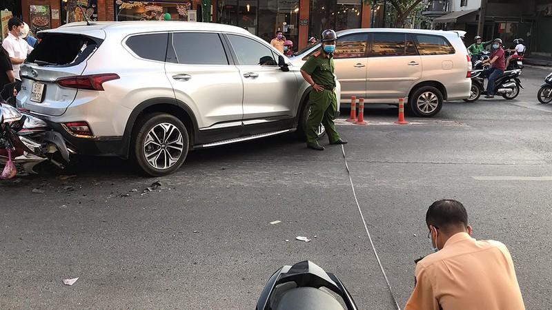 Ô tô nổ lốp gây tai nạn liên hoàn đường Phan Văn Trị - ảnh 1