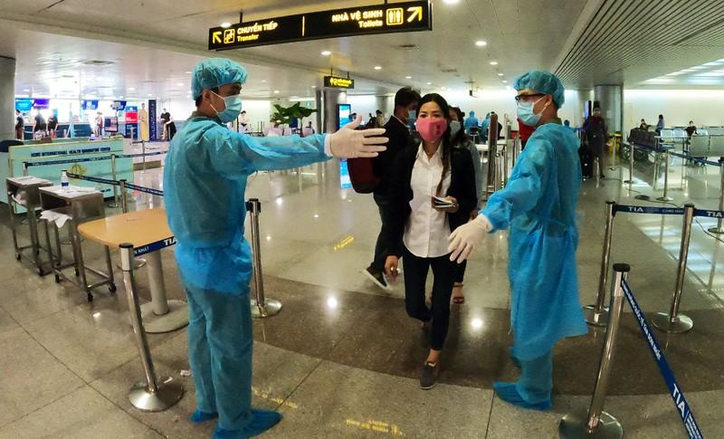 Lá chắn COVID-19 ở sân bay Tân Sơn Nhất  - ảnh 1