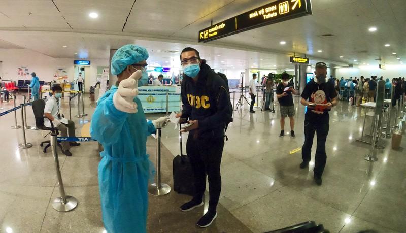 Lá chắn COVID-19 ở sân bay Tân Sơn Nhất  - ảnh 12