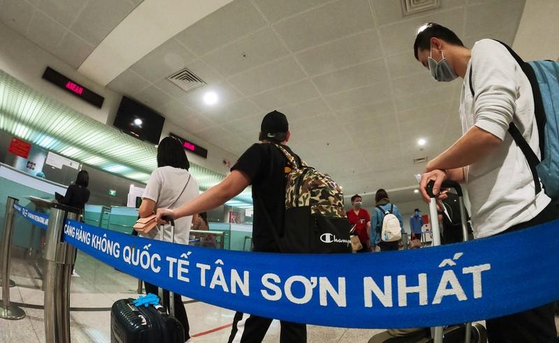 Lá chắn COVID-19 ở sân bay Tân Sơn Nhất  - ảnh 2