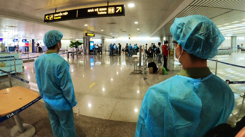 Lá chắn COVID-19 ở sân bay Tân Sơn Nhất  - ảnh 9