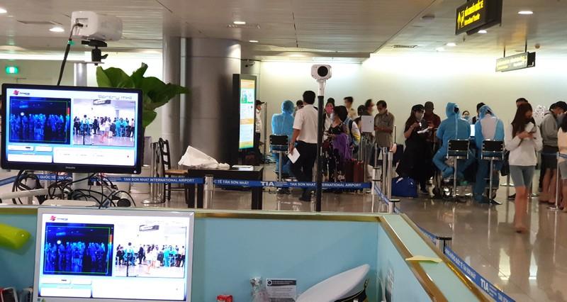 Lá chắn COVID-19 ở sân bay Tân Sơn Nhất  - ảnh 7