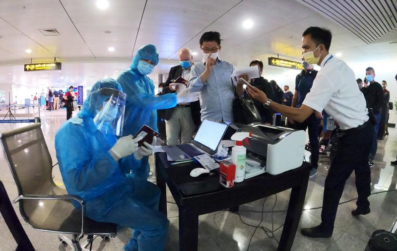 Lá chắn COVID-19 ở sân bay Tân Sơn Nhất  - ảnh 14