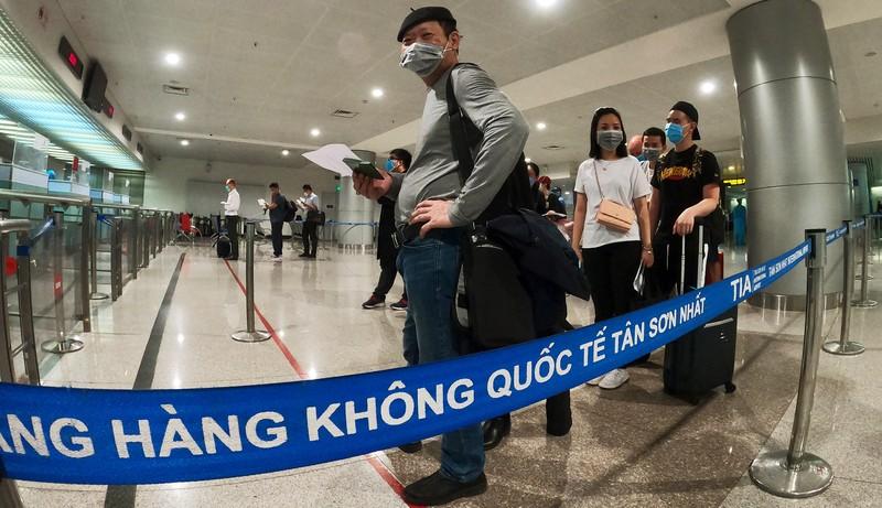Lá chắn COVID-19 ở sân bay Tân Sơn Nhất  - ảnh 6