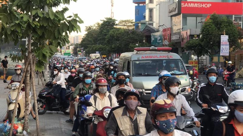 Ô tô nổ lốp gây tai nạn liên hoàn đường Phan Văn Trị - ảnh 2