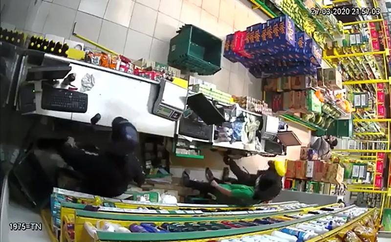 2 kẻ cướp dùng vật giống súng tấn công cửa hàng Bách Hóa Xanh - ảnh 1