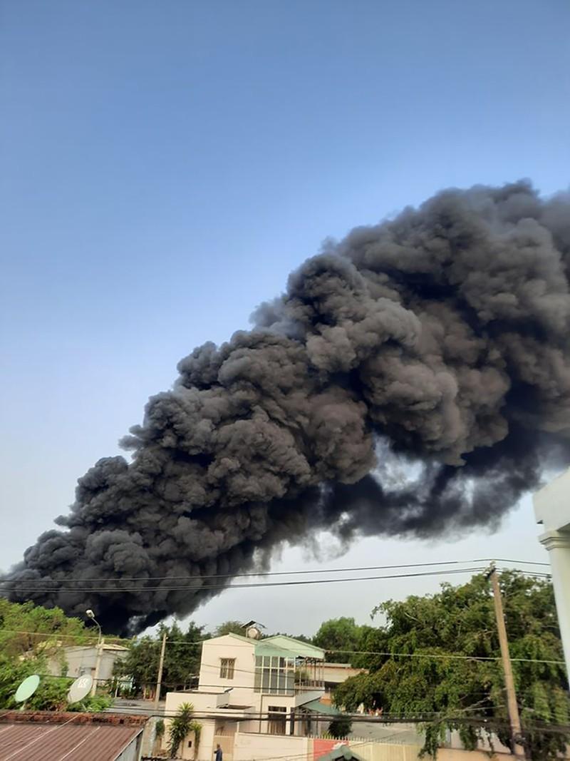 Cháy dữ dội công ty nhựa ở Củ Chi trong nhiều giờ - ảnh 1