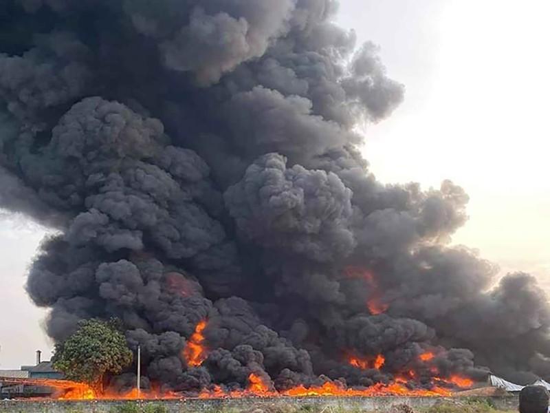 Cháy dữ dội công ty nhựa ở Củ Chi trong nhiều giờ - ảnh 2