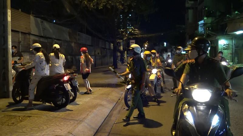 363 quận Tân Phú ra quân trấn áp tội phạm mùa COVID-19 - ảnh 1