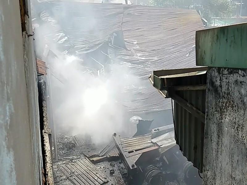 Cháy dữ dội ở Bình Tân, thiêu rụi cả xe nâng, rơ moóc - ảnh 2