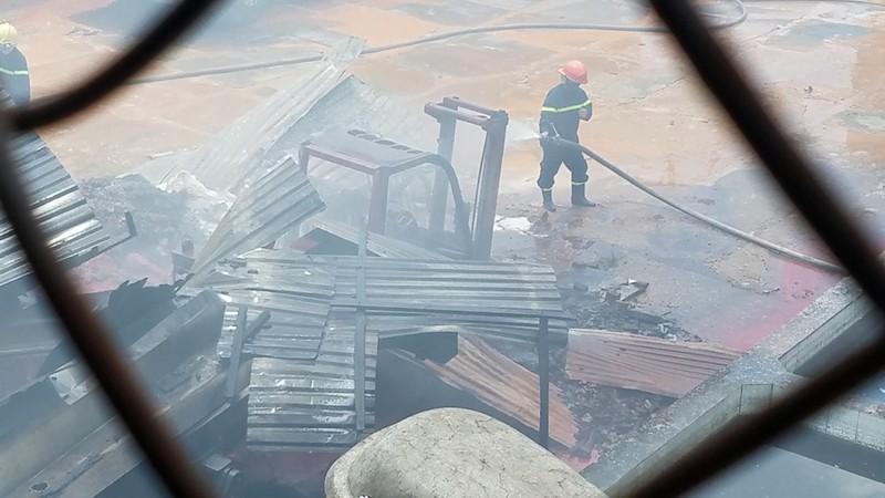 Cháy dữ dội ở Bình Tân, thiêu rụi cả xe nâng, rơ moóc - ảnh 3