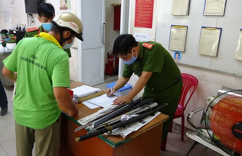 Quận 1: Người giao nộp vũ khí được tặng 10 kg gạo - ảnh 1