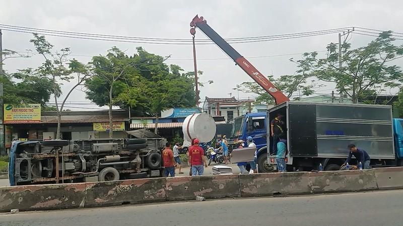 Bình Chánh: Xe tải lật ngang, 2 người bị thương - ảnh 1