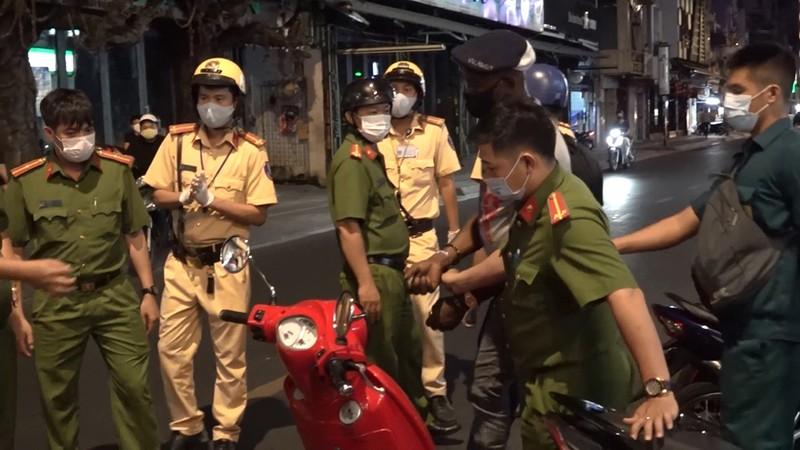 Lực lượng 363 quận 1 tung quân trấn áp tội phạm mùa COVID-19 - ảnh 2