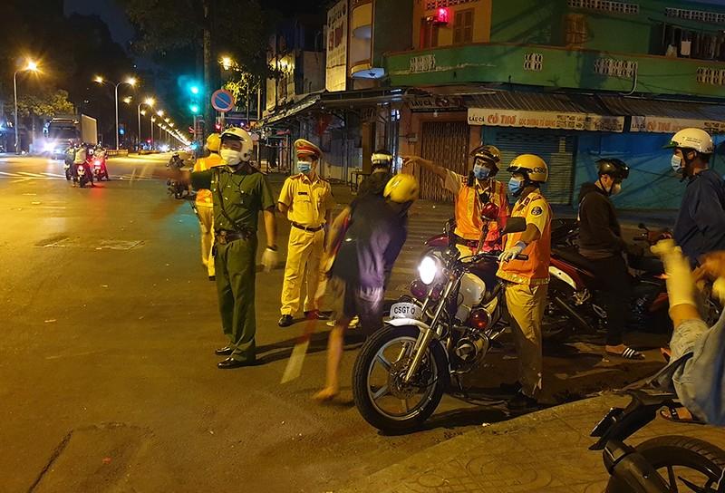 Công an quận 11 tung quân trấn áp tội phạm đợt dịch COVID-19 - ảnh 1