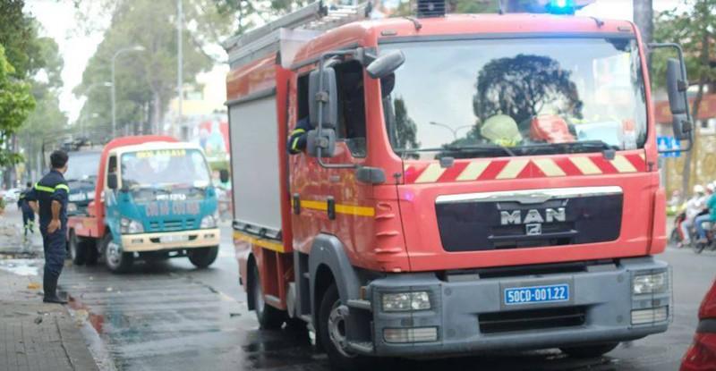 Xe tải chở bình gas bốc cháy dữ dội trên đường 3/2 - ảnh 1