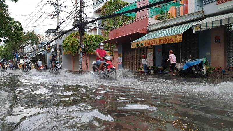 Mưa lớn, đường ngập, người dân hối hả đi móc cống - ảnh 6