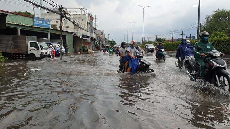 Mưa lớn, đường ngập, người dân hối hả đi móc cống - ảnh 13