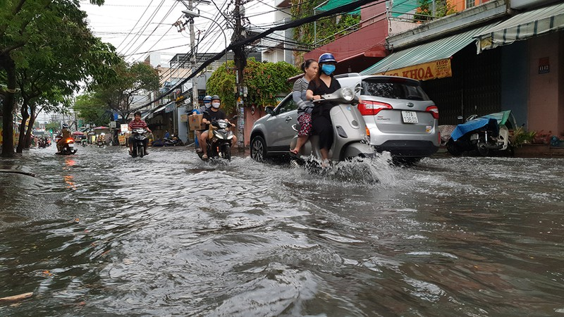 Mưa lớn, đường ngập, người dân hối hả đi móc cống - ảnh 2