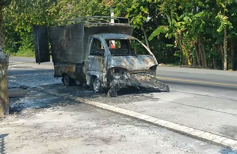 Tài xế cố lái xe chở cồn cháy dữ dội đi tìm nước để dập lửa - ảnh 1