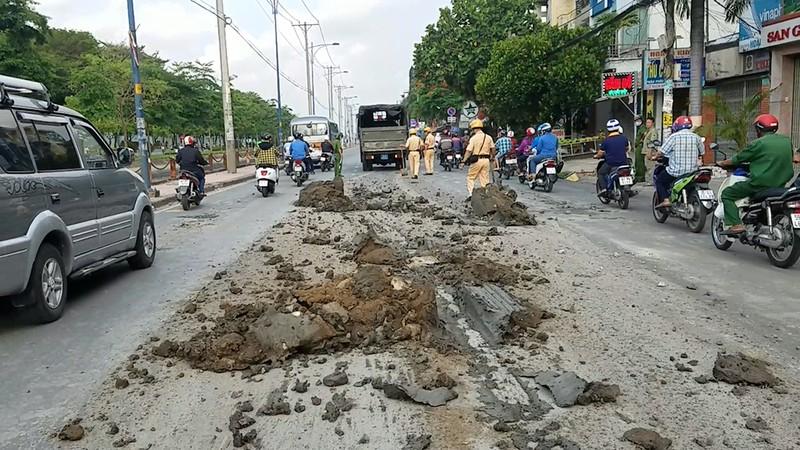 CSGT huy động xe chuyên dụng dọn bùn đất ở Bình Tân - ảnh 1