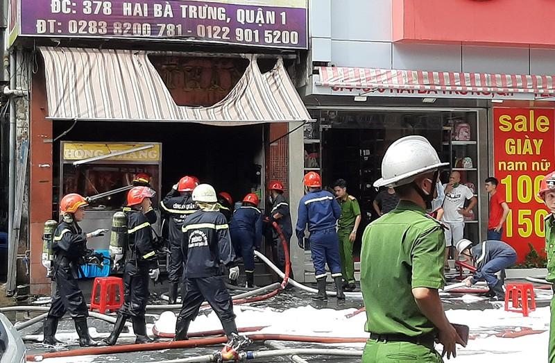 Quán cơm gà cháy dữ dội sau tiếng nổ lớn ở trung tâm quận 1 - ảnh 1