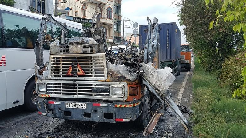 Xe container phát cháy dữ dội khi đang chạy trên quốc lộ 22 - ảnh 1