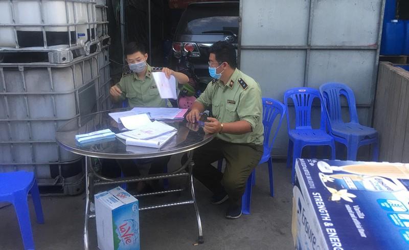 Cảnh sát đột kích kho hàng nghi nhập lậu ở quận 12 - ảnh 2
