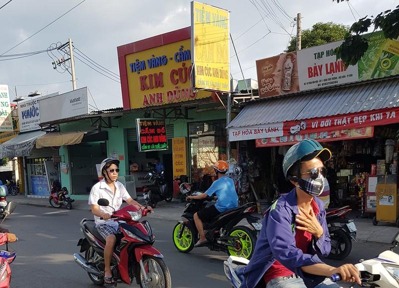 Trộm dỡ mái tôn, hốt sạch tiệm vàng ở Hóc Môn - ảnh 1