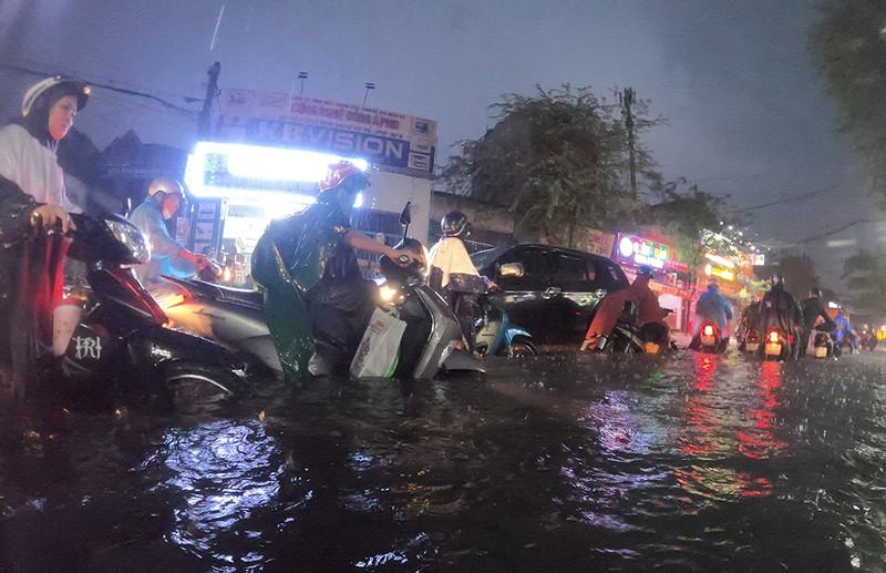 Nhiều tuyến đường vùng ven thành sông sau cơn mưa chiều - ảnh 8