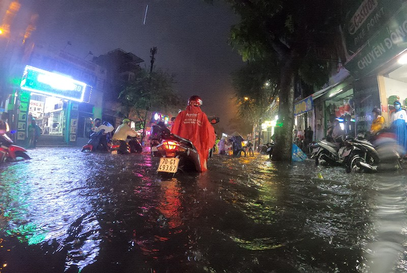 Nhiều tuyến đường vùng ven thành sông sau cơn mưa chiều - ảnh 7