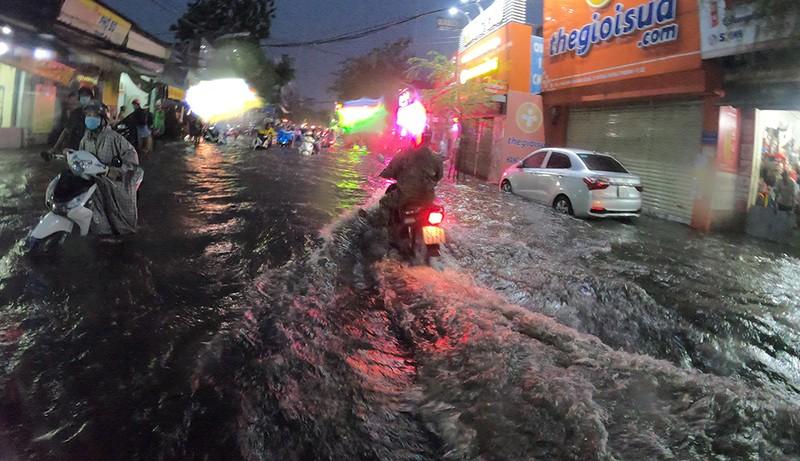 Nhiều tuyến đường vùng ven thành sông sau cơn mưa chiều - ảnh 1