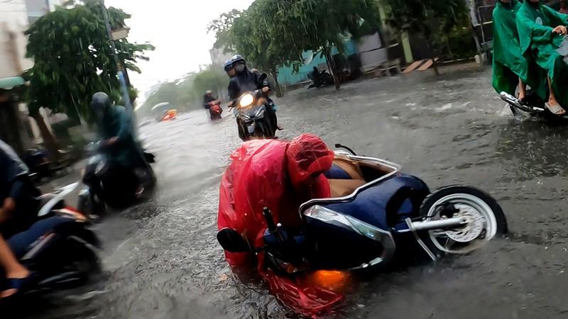 Nhiều tuyến đường vùng ven thành sông sau cơn mưa chiều - ảnh 4