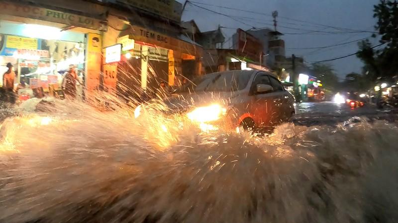 Nhiều tuyến đường vùng ven thành sông sau cơn mưa chiều - ảnh 5