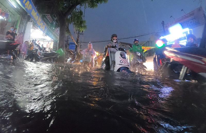 Nhiều tuyến đường vùng ven thành sông sau cơn mưa chiều - ảnh 15