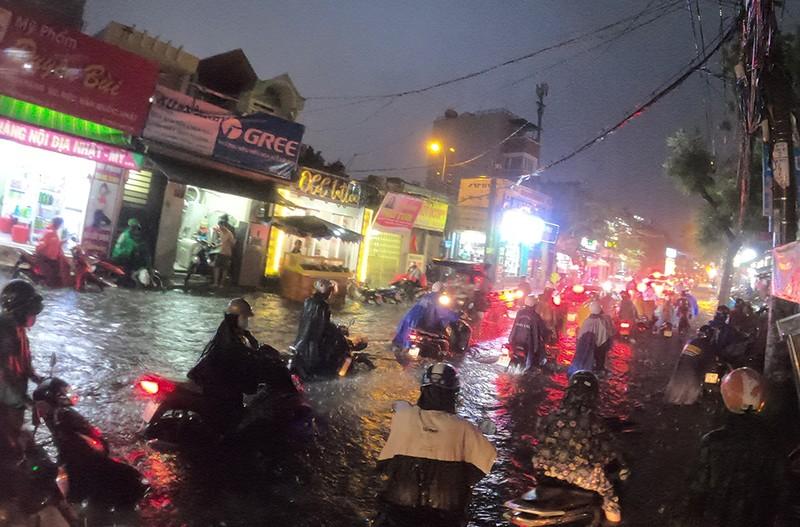 Nhiều tuyến đường vùng ven thành sông sau cơn mưa chiều - ảnh 14