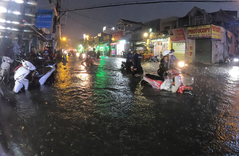 Nhiều tuyến đường vùng ven thành sông sau cơn mưa chiều - ảnh 13