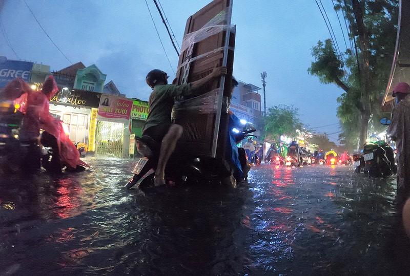 Nhiều tuyến đường vùng ven thành sông sau cơn mưa chiều - ảnh 10