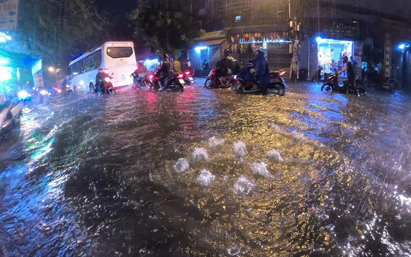 Nhiều tuyến đường vùng ven thành sông sau cơn mưa chiều - ảnh 9