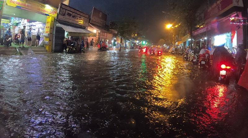Nhiều tuyến đường vùng ven thành sông sau cơn mưa chiều - ảnh 2