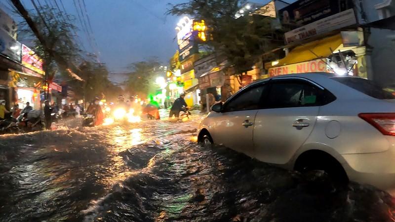 Nhiều tuyến đường vùng ven thành sông sau cơn mưa chiều - ảnh 3