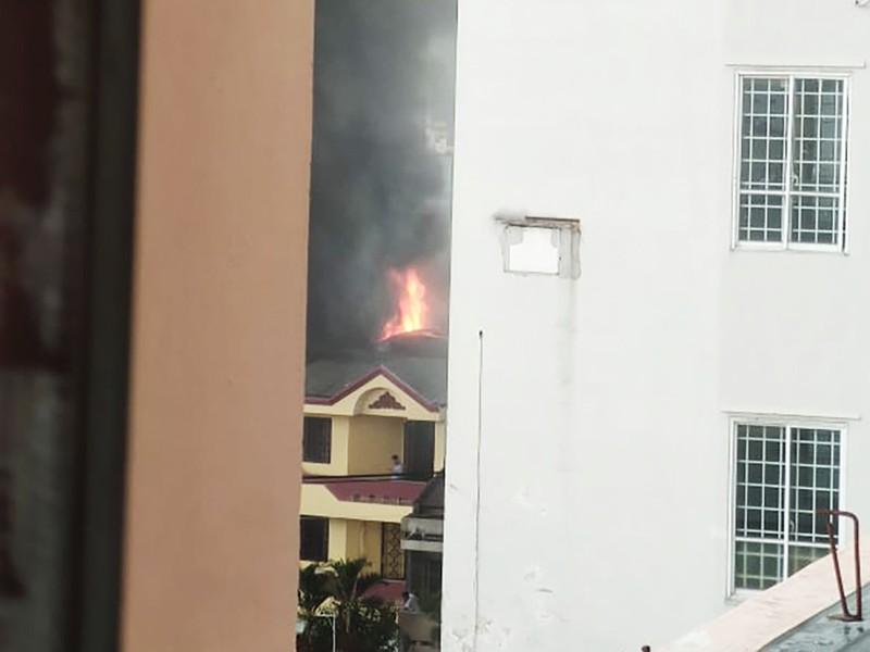 Xưởng giày ở quận 4 cháy lớn dưới trời mưa - ảnh 1