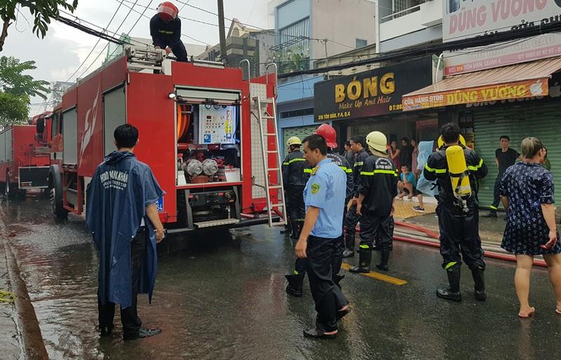 Xưởng giày ở quận 4 cháy lớn dưới trời mưa - ảnh 3